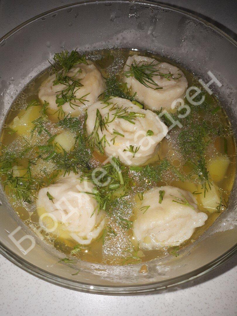 Ароматный куриный суп с чесночными клецками