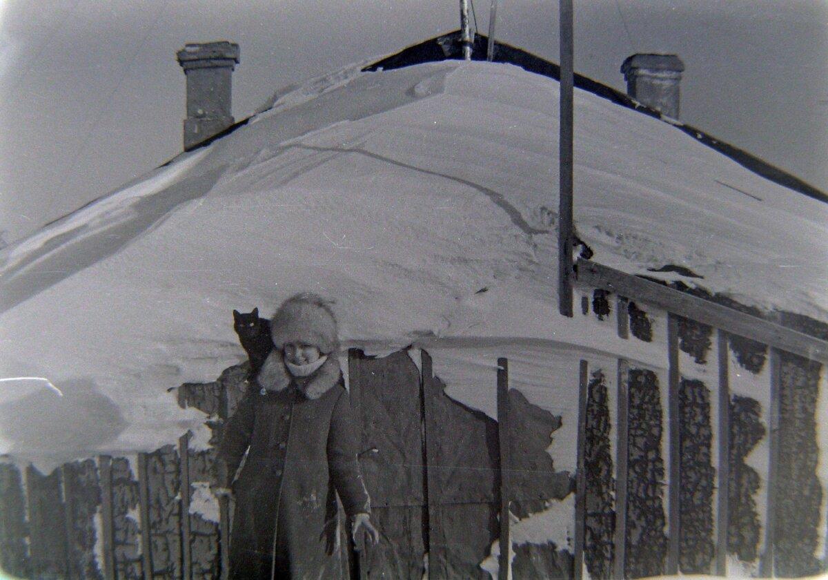 К сожалению не осталось фото внутренней обстановки дома. Это я на фоне дома.