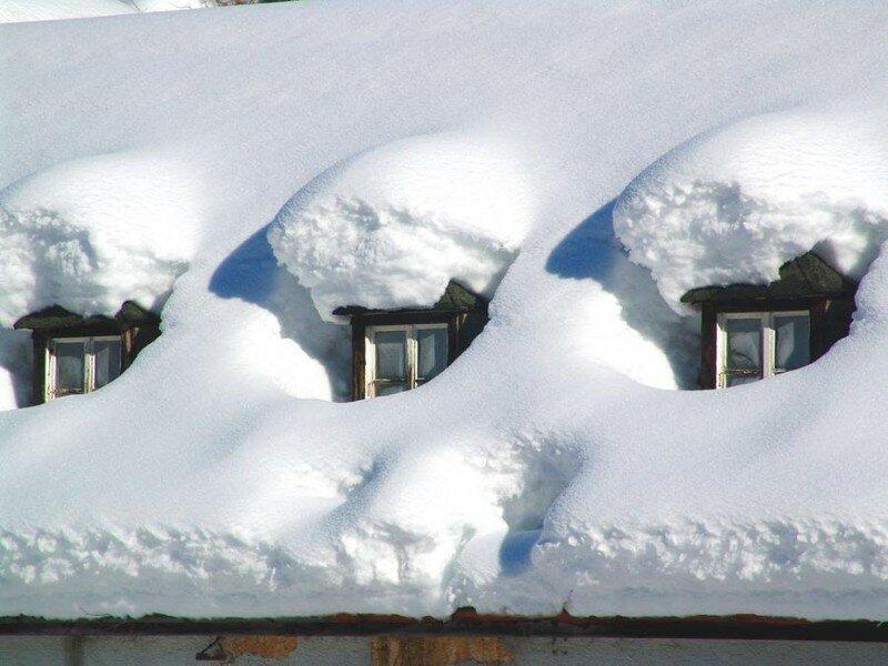 Для чего люди в деревнях закидывают свои дома снегом