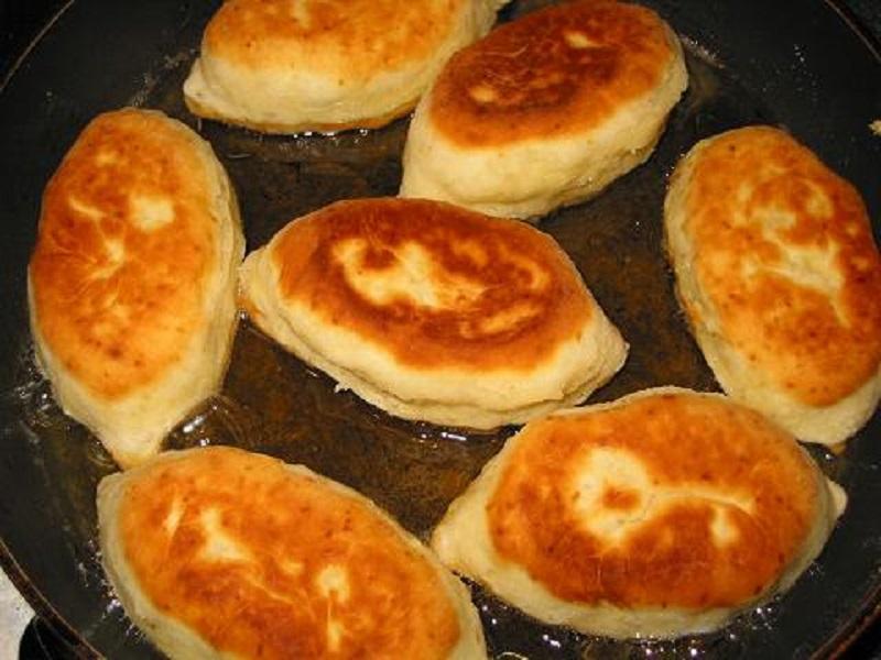 Тесто мягкое, как подушка, благодаря одному простому ингредиенту. Теперь пирожки идеальны, что в духовке, что на сковороде.