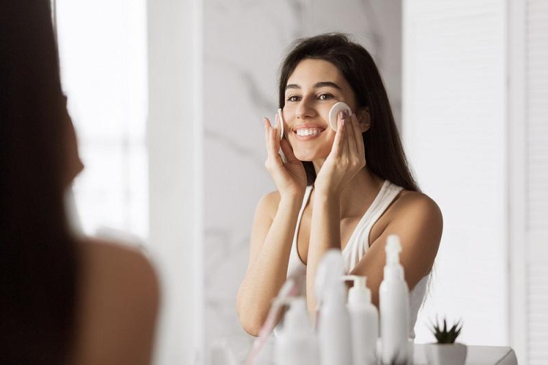 Расстроенная женщина: «Кожу очищаю, мажу солнцезащитой, а выгляжу старше своих одногодок…»
