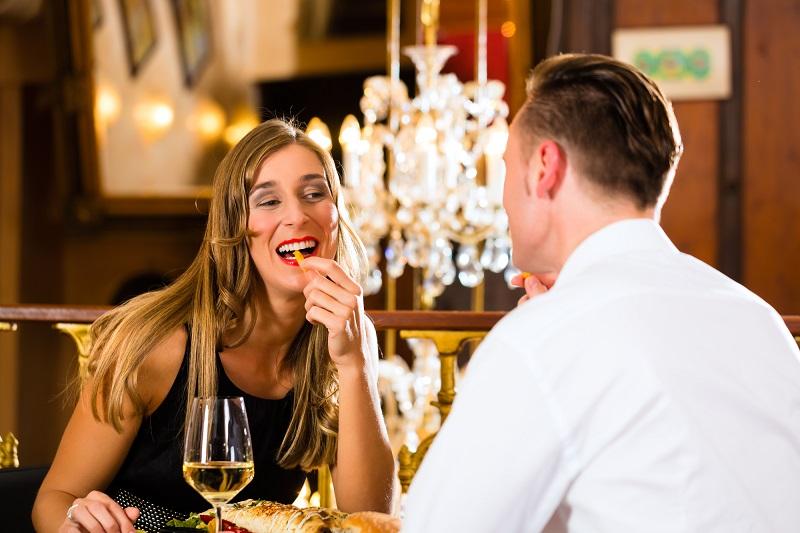 Благопристойному человеку: 15 правил этикета за столом, которые нужно знать назубок