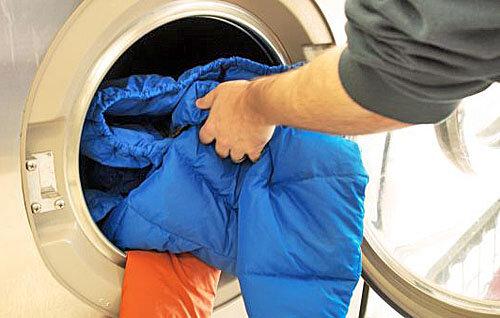 Как я правильно стираю пуховики в стиральной машине, чтобы они не испортились